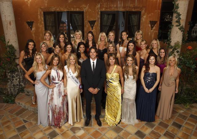BACK ROW: CASEY, NICKI, BRITTNEY, JAMIE, JACLYN, LYNDSIE, BLAKELEY, RACHEL; MIDDLE ROW: COURTNEY, SHAWN, DIANNA, KACIE, ELYSE, LINDZI, ERIKA, MONICA, EMILY, JENNA; FRONT ROW: ANNA, AMBER B., SAMANTHA, BEN FLAJNIK, AMBER T., SHIRA, JENNIFER, HOLLY