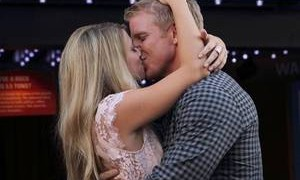 Sean Lowe kissing Lesley Murphy