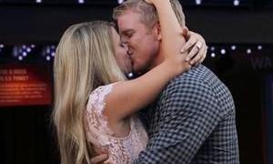 Sean Lowe kissing Lesley Murphy